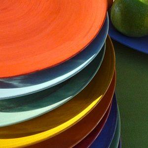 assiettes couleurs en terre vernissée