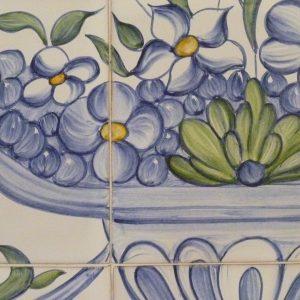 détail fresque fleurs et vase sur carreaux de faïence